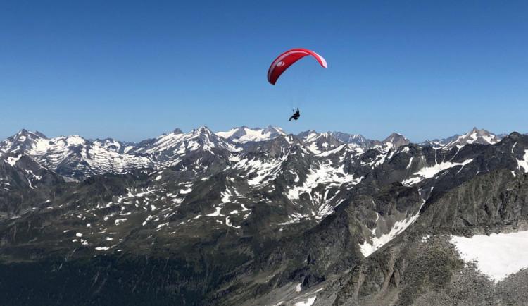 (NE)OBYČEJNÍ: Sedm hodin na padáku. Paraglidingu propadla Jana už jako malá holka a stále posouvá své hranice