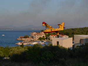 Lesní požár u Šibeniku se českých turistů nedotkl