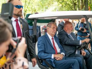 Zeman přijel na Živitelku v golfovém vozíku. V proslovu kritizoval Martina Bursíka.