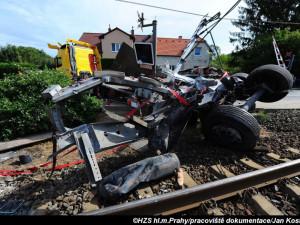 FOTO: Policie obvinila řidiče auta, který se srazil s vlakem v Uhříněvsi