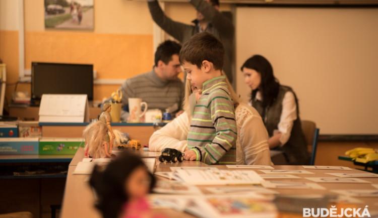 Do některých škol v ČR chodí tisíc dětí, do jiných míň než deset