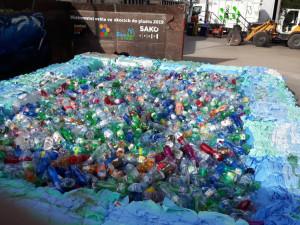 V Brně naplnili bazén PET lahvemi, lidé se poučili o odpadech.