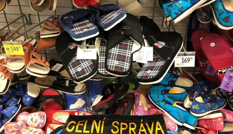 Celníci našli v obchodech napodobeniny značkových bot za 5,8 milionu korun