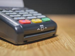 ANKETA: Kde vám chybí platba kartou? Problém můžete mít v samoobsluze i u kurýra