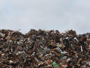 Ekologové kritizují odpadový zákon bustami politiků v kontejneru