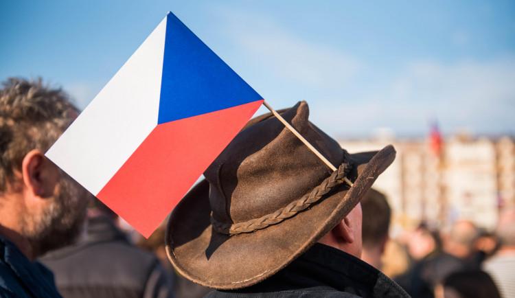 CO PÍŠÍ MÉDIA: Oslavy revoluce byly rozporuplné, potvrdily rozdělení země