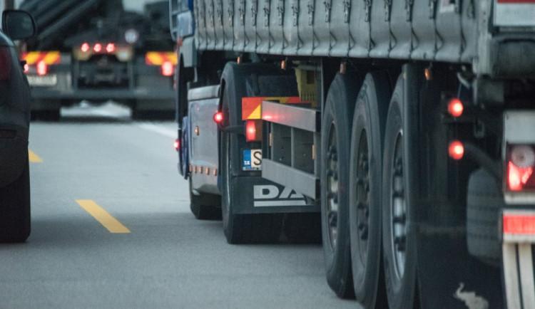 Nový mýtný systém ani dnes zatím nepůsobí v dopravě větší potíže