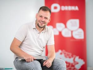 Je jednoduché nadávat na sociálních sítích, říká šéfredaktor Drbna.cz Michael Daněk