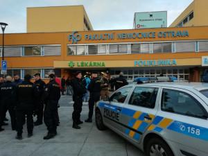 V nemocnici v Ostravě byl zadržen muž s věcí připomínající zbraň