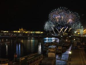 Lidé oslaví konec roku na náměstích, na horách či v divadle