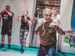 Bitky, veksl i práce pro mladé Romy. Přečtěte si životní příběh žižkovského boxera Standy Tišera