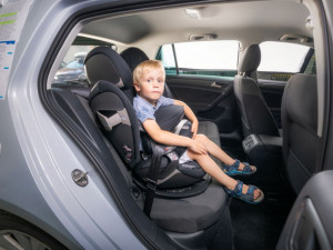 Do dětské autosedačky jen bez bundy. Vloni na sedadlech spolujezdců zemřelo dvanáct dětí