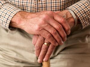 Důchody by měly příští rok růst víc, než přikazuje zákon