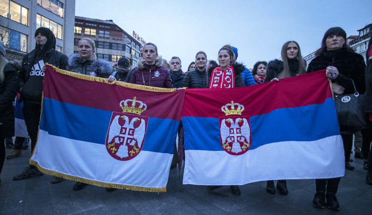 FOTO: Kosovo je Srbsko! Na Václaváku se demonstrovalo proti ukradení Kosova, řečnil i Foldyna