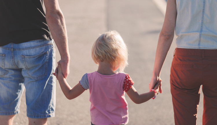 Pravidla práce na dohodu či rodičovská se do pár let mají změnit