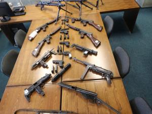 FOTO: Policie obvinila trojici mužů, kteří měli u sebe arzenál zbraní