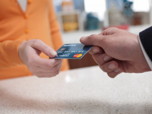 Česko platí kartou: Podnikatelé získají na rok platební terminál zdarma