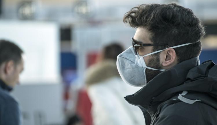 Bez zakrytých úst a nosu ani nevycházejte. Vláda schválila další opatření