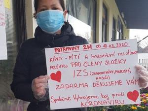 Šijí roušky a občerstvují záchranáře. Vietnamci v Česku se zapojili do boje s novým koronavirem