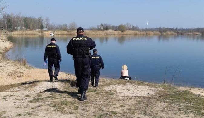 Policisté nachytali na pláži nudisty, přinutili je nasadit si roušky