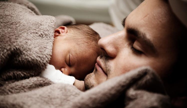 Stát zakázal přítomnost otců u porodu. Stala se z toho módní záležitost, prohlásil ombudsman