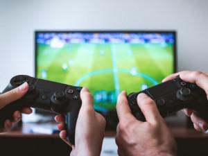 Esport táhne. Sportovní týmy soupeří alespoň virtuálně, diváci objevují kouzlo počítačových her