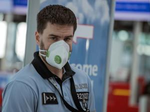 Už měsíc nesmí lidé v Česku ven bez roušky