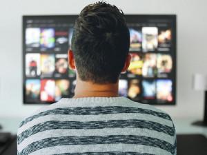 Češi poslední měsíc stahují z internetu o čtvrtinu víc TV obsahu