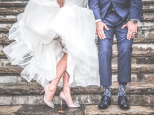 Malé svatby jsou ode dneška povoleny. Polibek bude bez roušky, ruce se po gratulaci dezinfikují