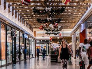 Obchodní centra se od pondělí opět otevřou, ale bez restaurací