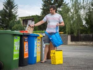 Češi zůstávají elitou v třídění odpadů. Každý vhodil do barevné popelnice v průměru 51 kilogramů