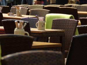 Lidé mohou od pondělí dovnitř restaurací a hospod, ale s omezením