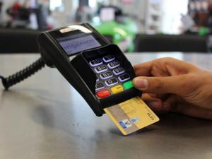 Spořitelna v sobotu chybně účtovala některé platby kartou dvakrát