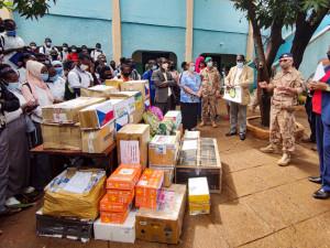 FOTO: Vojáci a děti podpořili v Mali školu založenou Češkou
