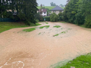 Déšť rozvodní menší toky na jihu Čech, pak i na Moravě a v Slezsku
