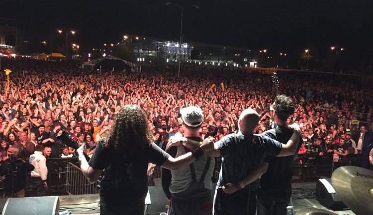 Policie zadržela bubeníka skupiny Horkýže Slíže a zpěváka kapely Krátký proces. Viní je z extremismu