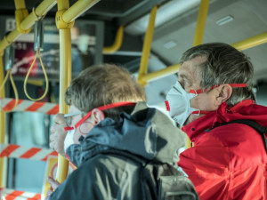 Lidé nad 60 let dostanou respirátor a pět roušek, rozhodla vláda