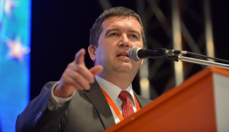 Hamáček pro Právo: Nastal čas kvůli covidu omezit hromadné akce