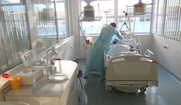 Zdravotníků nakažených covidem-19 je aktuálně skoro 1700