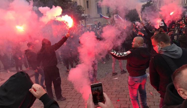 Babiš i Zeman odsoudili bitku fanoušků, ocenili postup policie