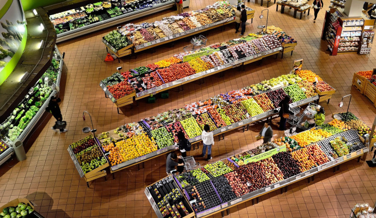 Poukázky na nákupy i odměny. Řetězce chtějí zaměstnancům kompenzovat náročné období