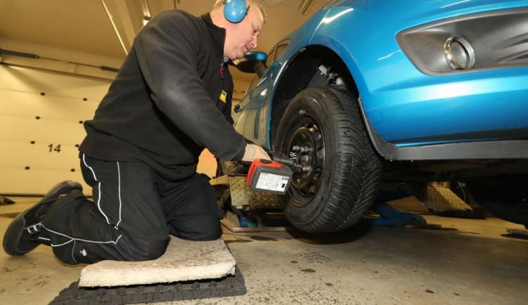 Řidičům začíná povinnost mít na ledu či sněhu zimní pneumatiky
