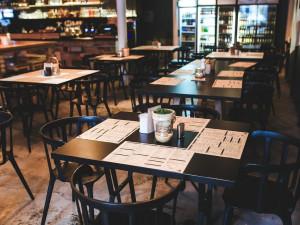 Půlroční čekání na kompenzace i krach menších podniků. Restaurace zažívají krušné časy