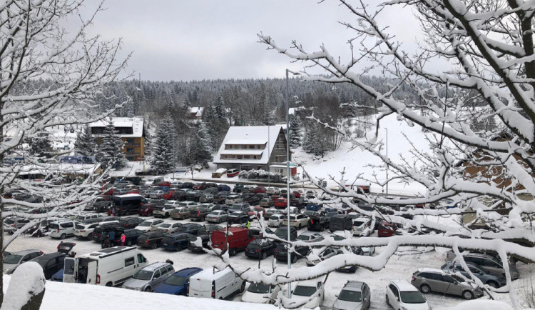 Některá horská střediska zaplnili turisté, zkolabovala tam doprava