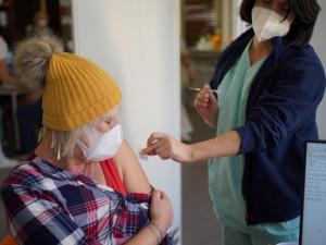 K očkování se první den i přes potíže zapsalo 109 500 seniorů