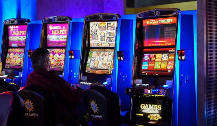 Plošným zákazem se hazard změst přesune za jejich hranice. Obce přijdou o peníze, ale ne o problémy
