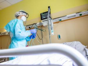 Hejtmani mohou do nemocnic povolat další lékaře a sestry