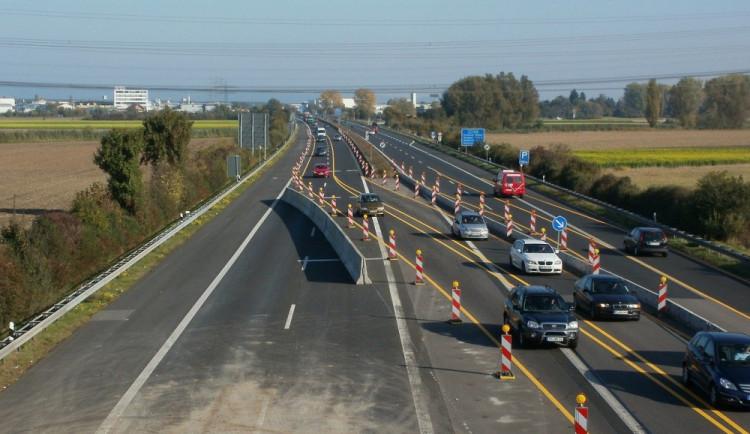 Aut ubylo na dálnicích se zákazem cest mezi okresy hlavně u Prahy