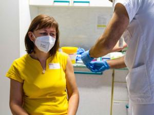 Aspoň jednu dávku vakcíny proti covidu má v Česku milion lidí