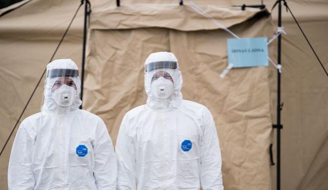 Počty pacientů s covidem i nakažených v Česku opět klesly